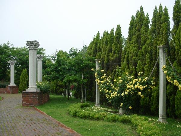 薔薇の公園で一番好きな円柱もある蜻蛉池公園